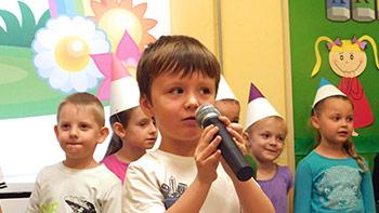 dziecko z mikrofonem