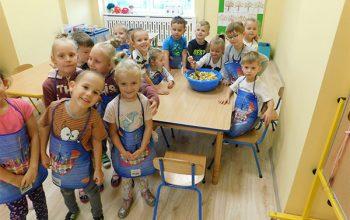 dzieci robiące sałatkę