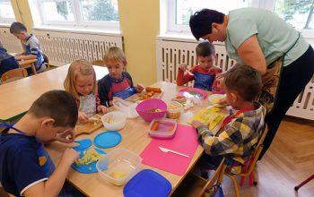 dzieci krojące sałatkę