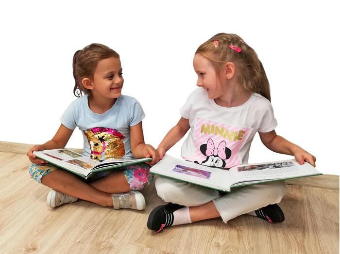 dzieci z książkami siedzące po turecku
